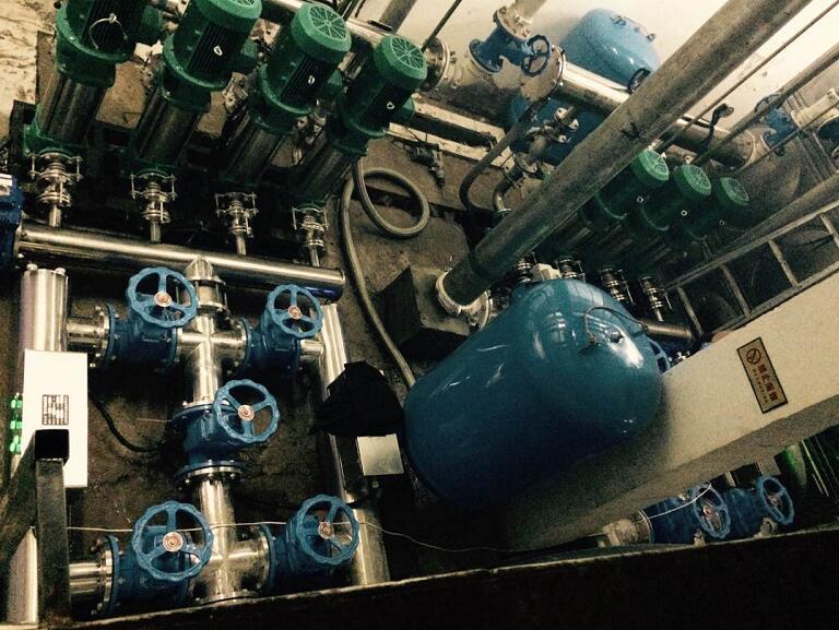 无塔供水设备的主要组成压力罐,控制柜,压力表,水泵,管子,电缆线等